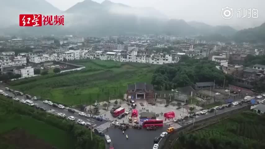 视频|航拍震中四川双河镇:房屋主体完好 救灾帐篷
