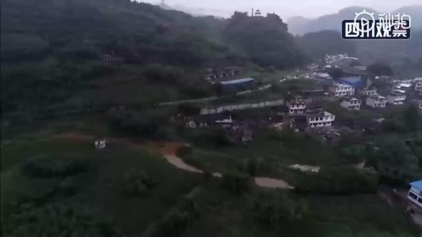 最新航拍视频:四川长宁地震震中部分建筑损毁 搭起