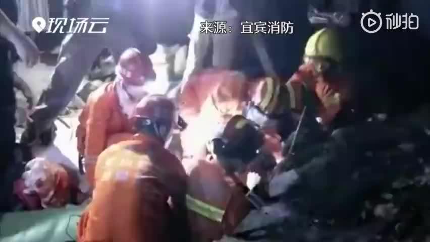 视频-四川长宁地震救援现场直击:一名被埋压女子获