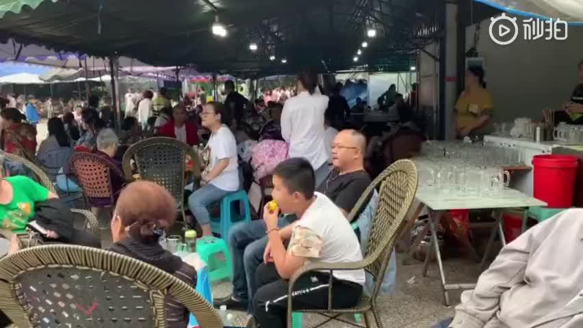 视频|震后四川珙县居民露宿街头:就地喝茶打牌下棋