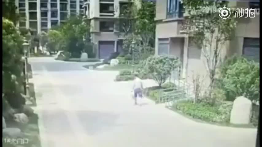 视频-小区业主换窗致窗户意外从19层坠落 行人路