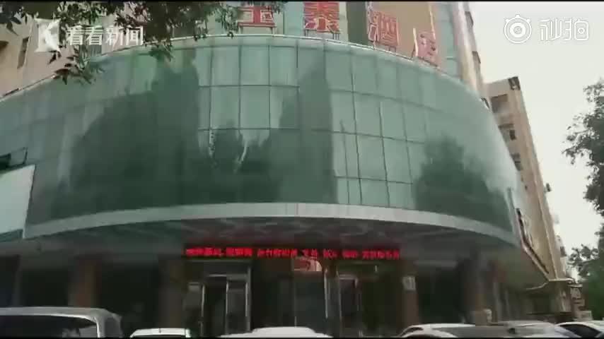 视频|情侣住店发现插座内藏针孔摄像头 酒店:80