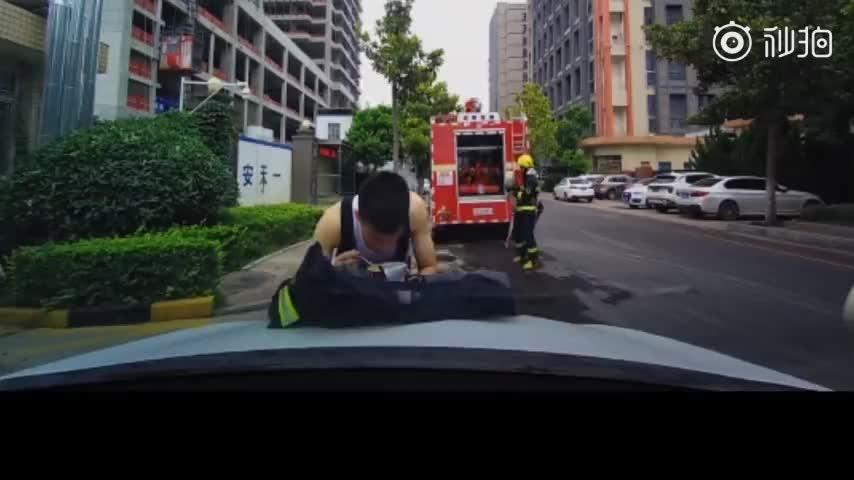 视频:消防员趴引擎盖上吃泡面 担心弄脏车走时反复