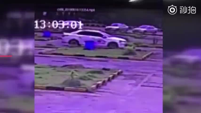 视频:男子倒车入库超紧张 车子原地疯狂旋转25圈