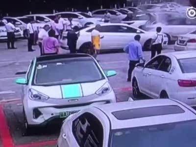 重庆汽博中心一新能源汽车自燃 系4天内该地点发生第二起