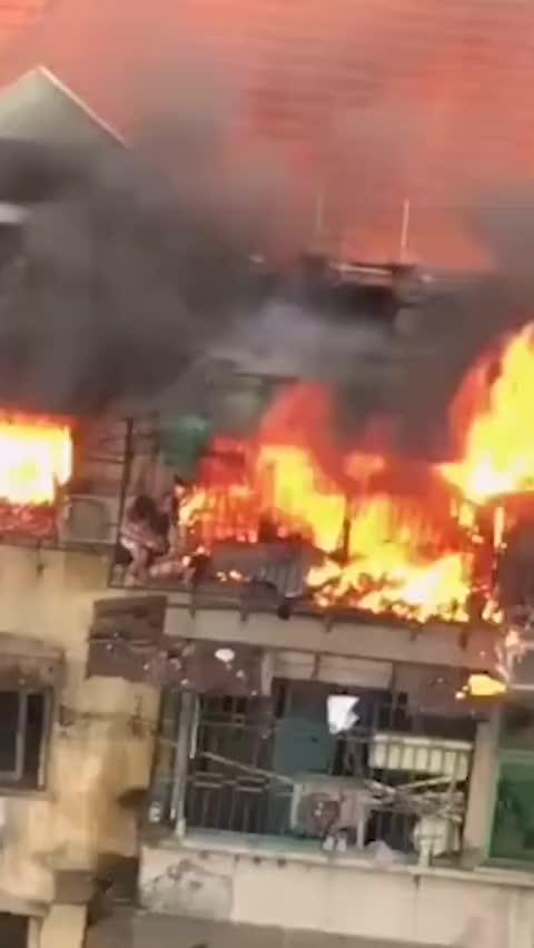 视频-民房着火一家三口被逼上阳台 妈妈以身挡火护