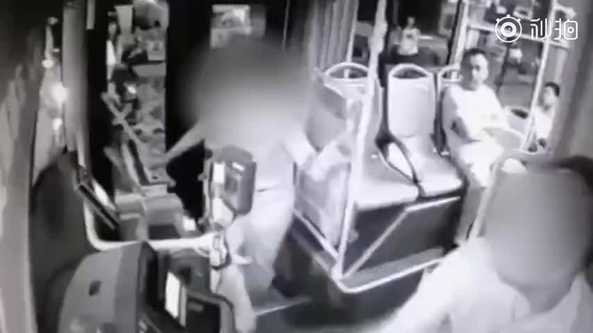 视频-男子骑车逆行摔倒怪公交车挑衅 上车勒司机脖