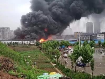 安徽六安义乌小商品批发市场发生大火 浓烟笼罩方圆一公里