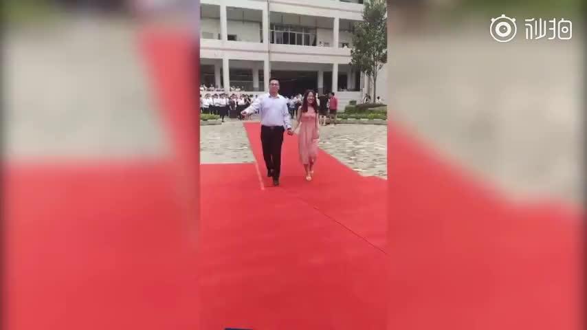 视频-高校毕业季:男生在毕业典礼上跪地求婚