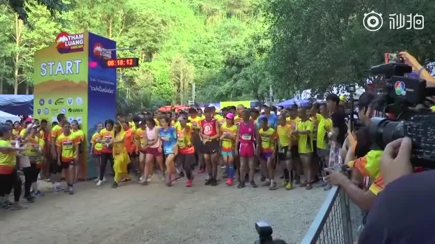 视频:为纪念山洞救援行动一周年 泰国4000人参