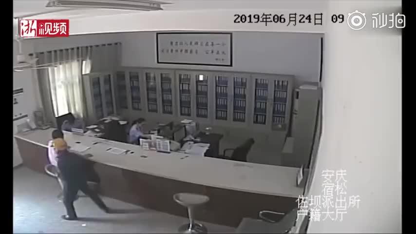 视频:老人在户籍大厅放下西瓜就走 民警原地懵了