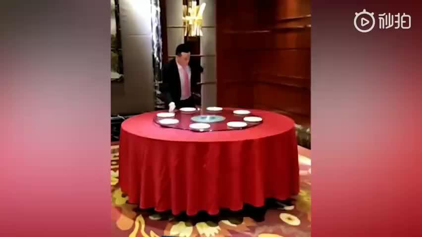 视频-酒店经理练就摆盘神技走红:6秒摆好一桌盘子