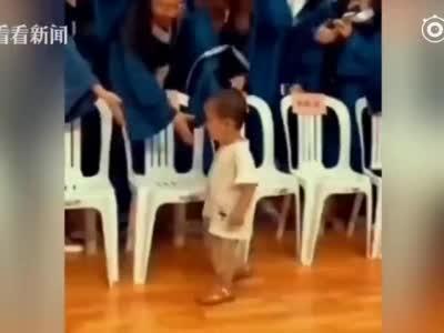 """赢在起跑线上!两岁萌娃""""闯入""""毕业典礼 挨个握手笑翻全场"""