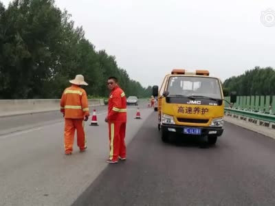 漯河高速公路上养护人员狂扔反光锥 过往车辆险出车祸