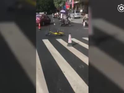 广西桂林一处路面发生下陷 城管委:喀斯特地貌引起