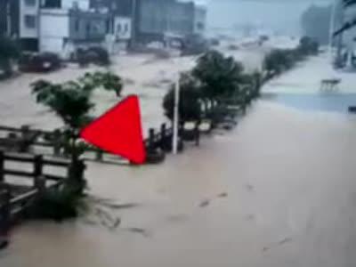 广西东兰遭暴雨袭击:通讯中断2小时 居民楼底层被水淹