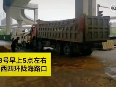 郑州两货车相撞洒落一地黄沙 受伤司机已送医