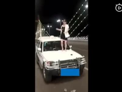 洛阳女子车顶尬舞放飞自我 被警方依法传唤