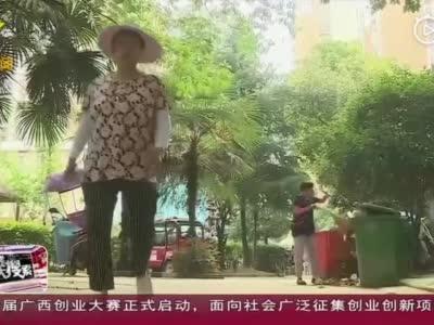 安徽肥西:保洁员垃圾桶里捡两万元  原封不动交失主