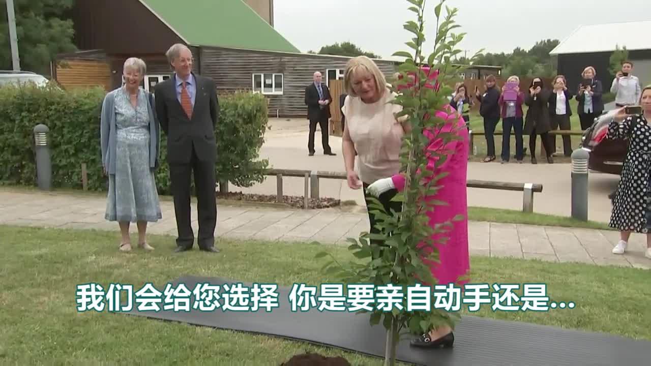 视频-英国女王拒绝别人帮忙:我还是可以种树的!