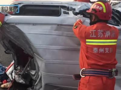 京沪高速泰兴段突发重大交通事故,消防员奋战20分钟救出被困人员