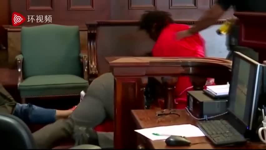 """视频:""""那是我妈啊!""""兄弟俩法庭上爆打杀母凶手"""