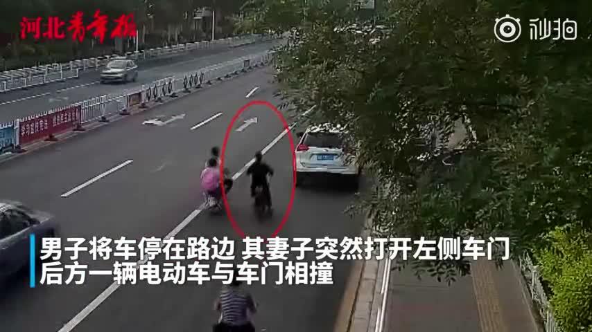"""视频:又见""""开门杀""""!女子随意开车门致人死亡"""