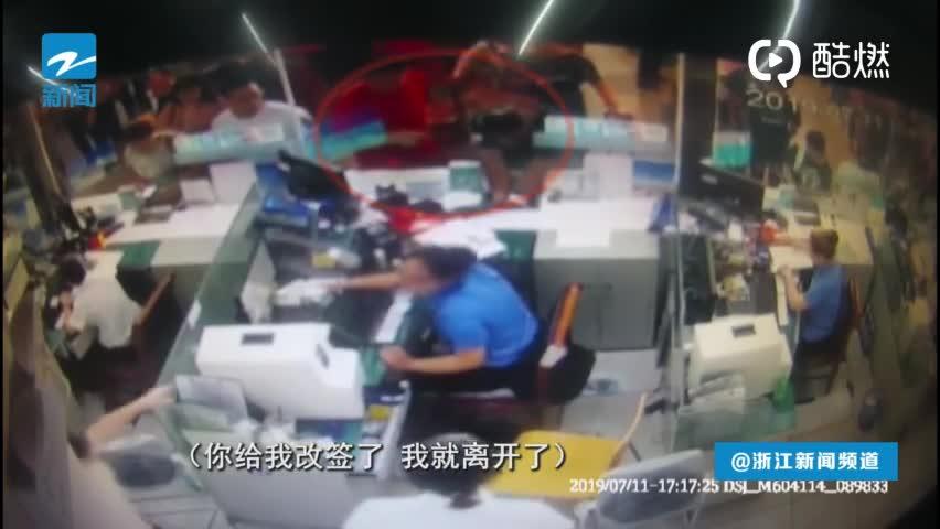 视频:车票改签遭拒 男子霸占窗口半小时