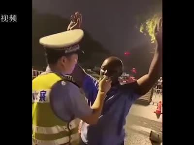 Open your mouth!英语不太标准,但警察蜀黍执法相当硬气