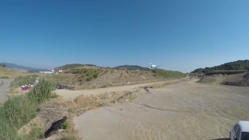 """视频-飞机在希腊一海边机场降落 游客们围观感受"""""""