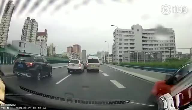 """视频:危险!司机开""""赌气车"""" 强行变道竖中指后秒"""
