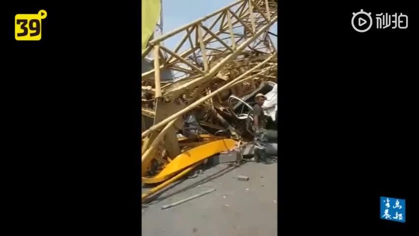 视频:大连一工地塔吊突然倒塌 从中间折断过程只有
