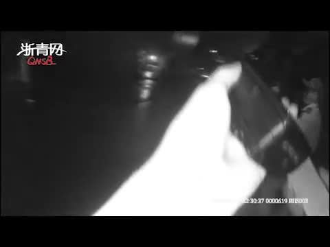 视频:冒雨送饭却见老公给女同事撑伞 女子崩溃要自