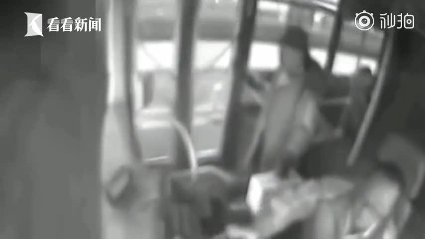 视频:大妈拎牛奶箱怒砸公交司机致车祸 被判3年6