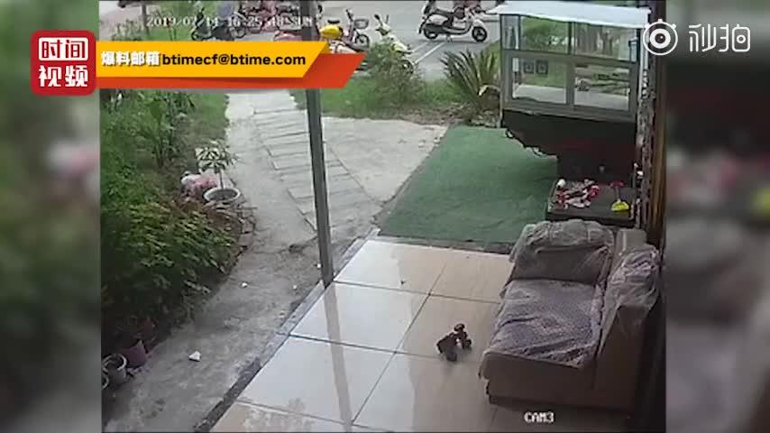 """视频:小区排水管断裂""""万箭齐发"""" 碎片从高空坠落"""