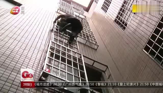 视频:广州城管发明消防神器 防盗网瞬间可变逃生梯