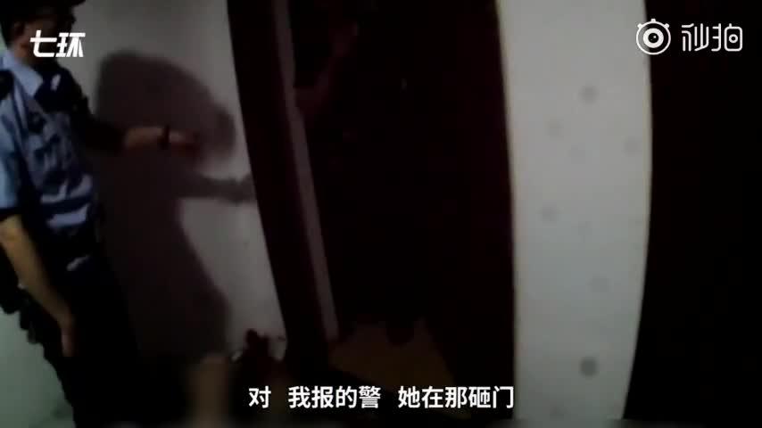 视频:醉酒女子裸睡楼道 民警逐层帮其找家