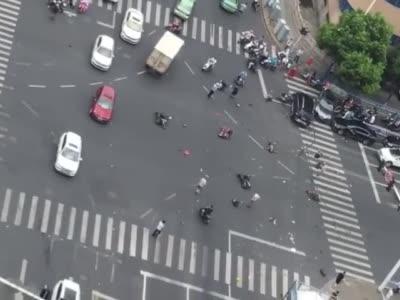 常州九洲数码城发生惨烈车祸,一辆奔驰失控撞击多辆电瓶车