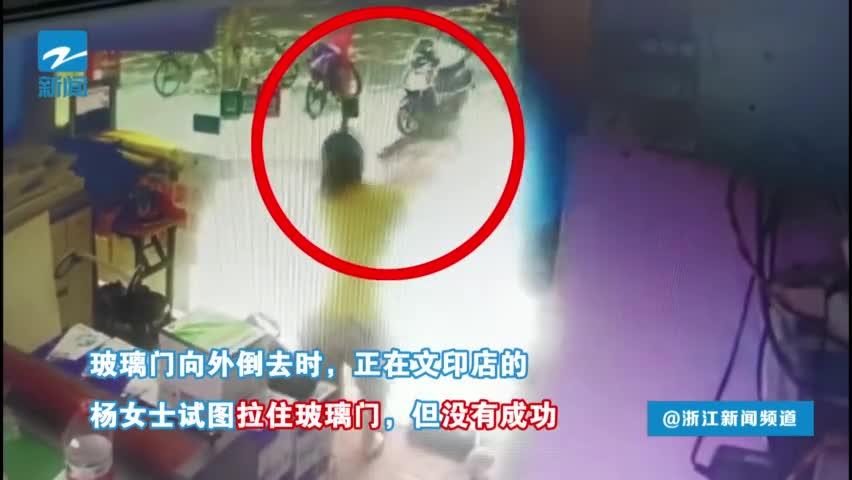 视频:玻璃门突然倒塌 母亲一个动作救了女儿