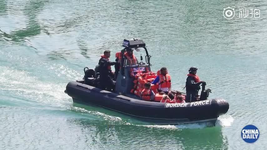 视频-游泳横渡英吉利海峡?偷渡客被救起时体温过低