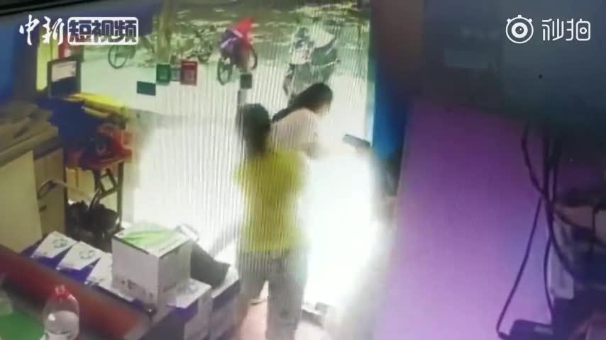 视频-百斤玻璃门倒向孩子 妈妈飞身扑地保护
