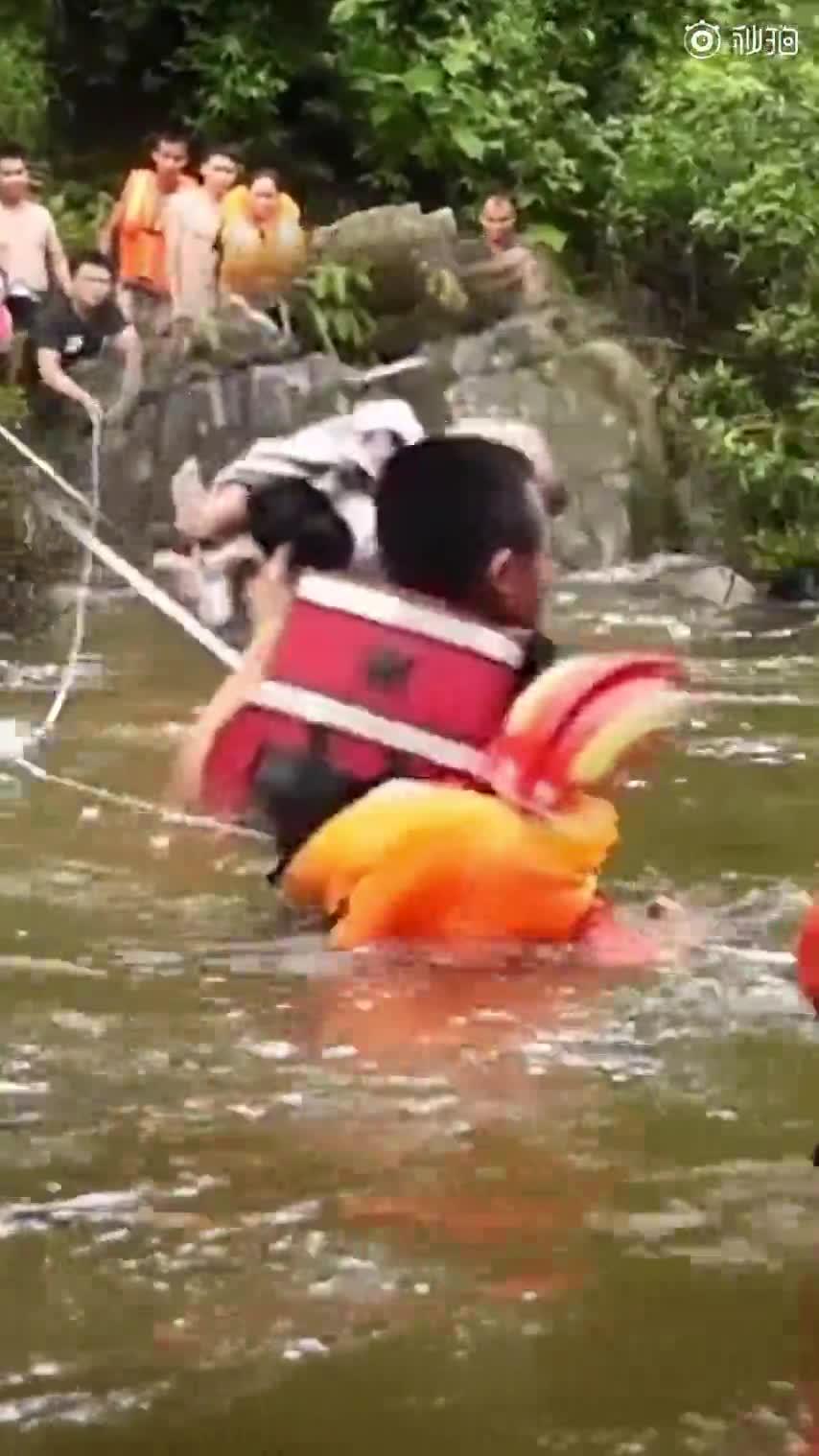 视频-洪水中消防员接力托举婴儿渡河 孩子衣角都没
