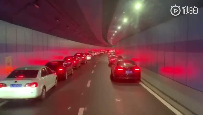 """视频:消防车出警被堵隧道 百辆车上演""""教科书式"""""""