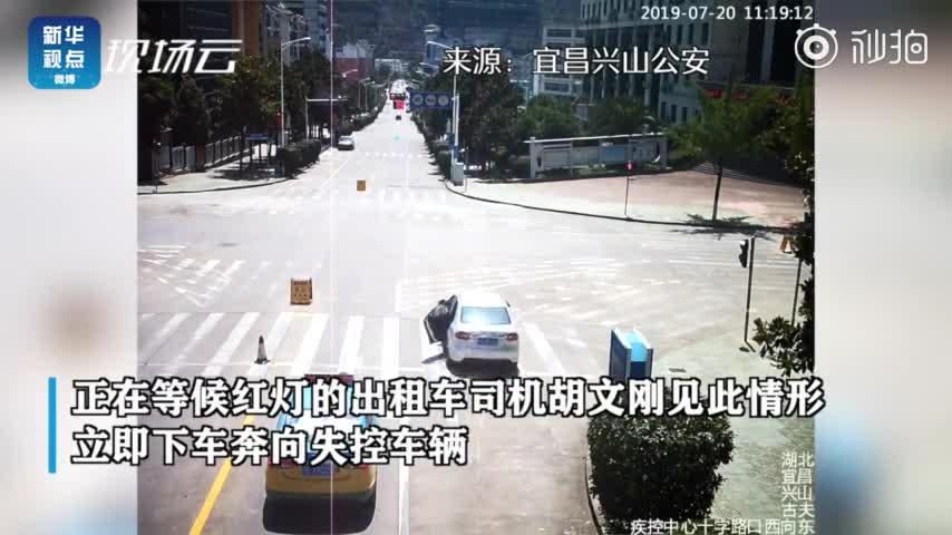 视频:轿车无人驾驶冲向街道 的哥赤脚追车刹停