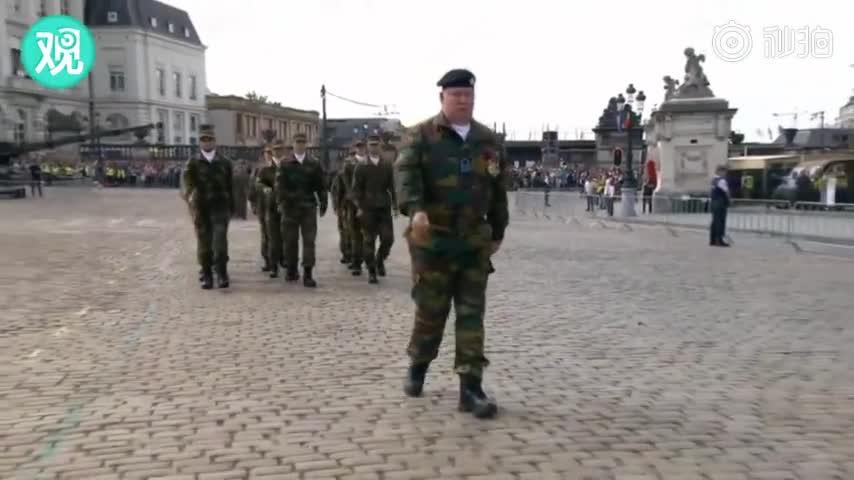 """视频:比利时阅兵式上 军校生踏起了""""一言难尽""""的"""