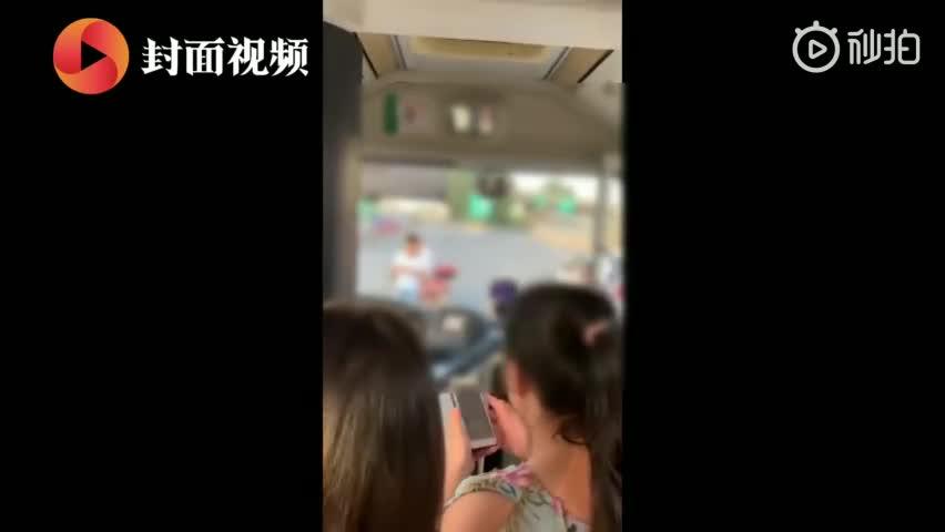 视频-奔驰车追尾公交逃逸 目击者:警察鸣枪警告