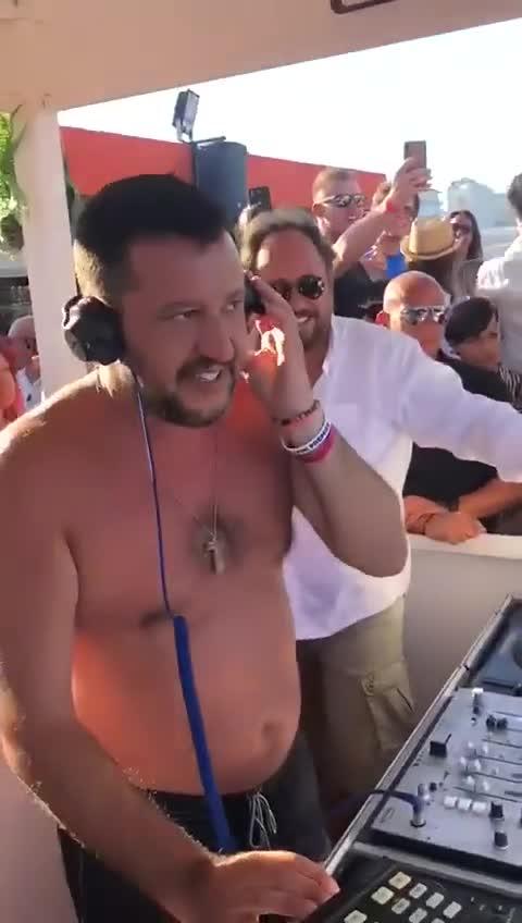 """视频-意大利内政部长参加音乐节 光着膀子""""客串"""""""