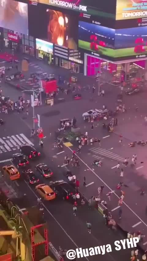 视频-美纽约时代广场摩托车手多次逆行 被误认为枪