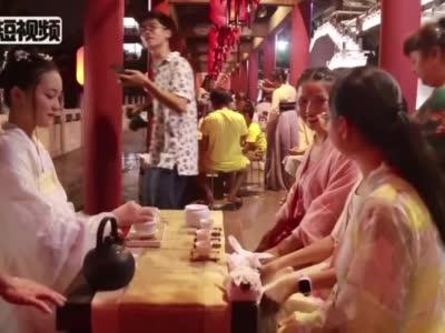 """广西民众穿汉服在七夕节""""穿针斗巧"""""""
