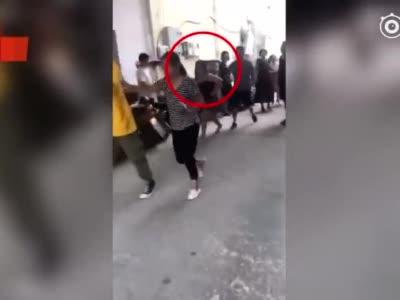 怒!因送餐延迟了几分钟 一对母女对18岁外卖小哥拳打脚踢